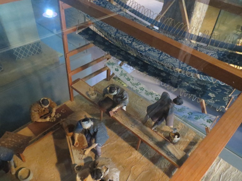 A miniature diorama of kasuri dyeing.
