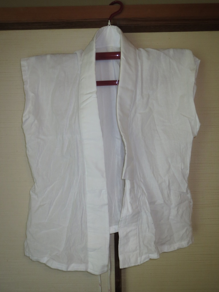 The juban has no sleeves, and only the top half is used.