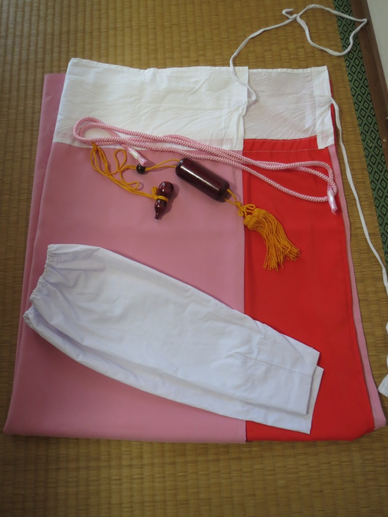 Here is the susoyoke, the inrou, and the tekou all together. The elastic end of the sleeve sits under the regular kimono sleeve.