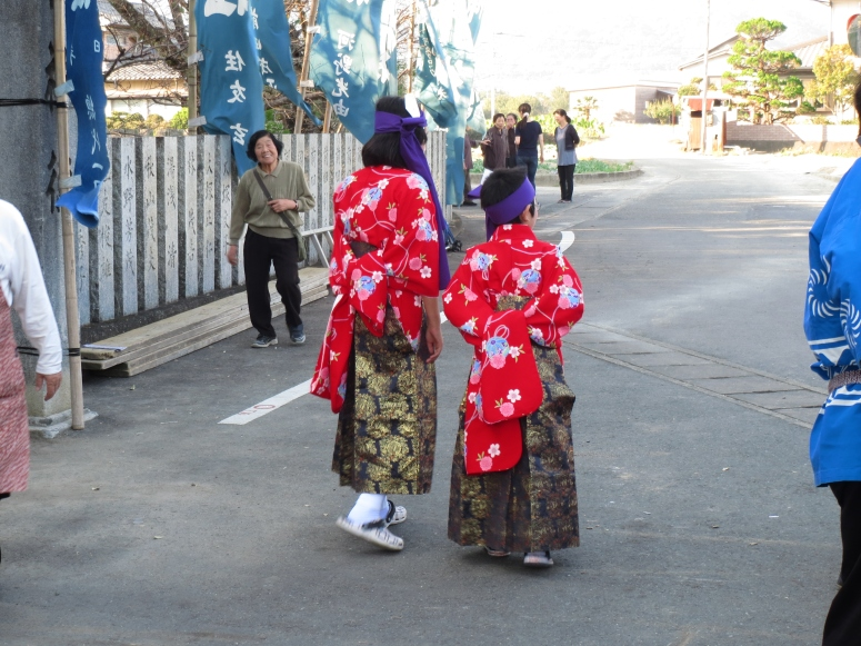I love the way they tie up the sleeves on the furisode so the kids can play during the breaks.