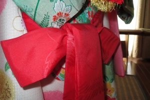 Here is the shigoki tied at the back. The tails should be the same length.