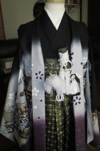 Here you can see the solid-coloured kimono, haori, haori himo, hamaka, and ken (the short sword)